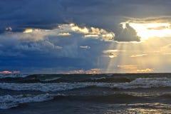 Ruwe Overzees bij Zonsondergang Stock Afbeeldingen
