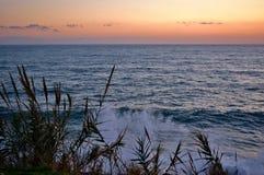 Ruwe Overzees bij Zonsondergang Stock Afbeelding