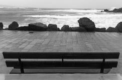 Ruwe overzees door de promenade Royalty-vrije Stock Fotografie
