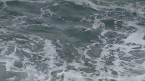Ruwe overzees met schuimende wateren die van donkergroene kleur in schemerig daglicht, close-up golven stock videobeelden