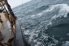 In ruwe overzees tijdens een circuumnavigatie van Svalbard stock foto's