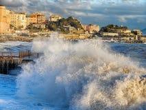 Ruwe overzeese golven die over een pijler in de stad van Genoa Genova, Middellandse Zee, ligurian kust, Italië verpletteren stock foto's