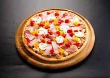 Ruwe pizza op de raad Stock Foto's