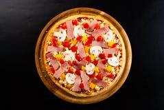 Ruwe pizza op de raad Royalty-vrije Stock Afbeelding