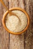 Ruwe quinoa dichte omhooggaand in een houten kom hoogste menings verticale backgrou Royalty-vrije Stock Foto