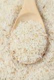Ruwe rijst en lepel Stock Afbeeldingen
