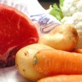 Ruwe roastbeef, wortel, aardappels en bloemkool Royalty-vrije Stock Foto's