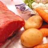 Ruwe roastbeef, wortel, aardappels en bloemkool Stock Foto's