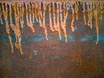 Ruwe roestige oppervlakte van ijzer met druppels van vuile gele olieverf stock afbeeldingen
