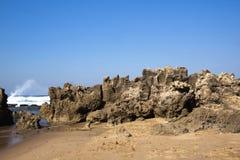 Ruwe Rotsvorming bij Umdloti-Strand, Durban Zuid-Afrika royalty-vrije stock afbeelding