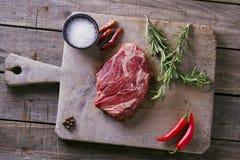 Ruwe rundvleeslapje vlees en kruiden op houten lijst Hoogste mening Stock Afbeelding