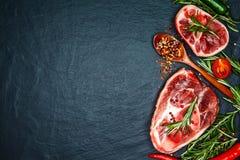 Ruwe rundvleeslapjes vlees met kruiden en rozemarijn Vlak leg Hoogste mening Royalty-vrije Stock Afbeelding