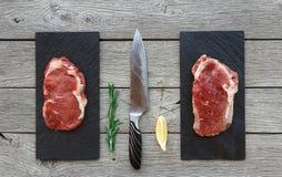Ruwe rundvleeslapjes vlees op donkere houten lijstachtergrond, hoogste mening Stock Afbeeldingen