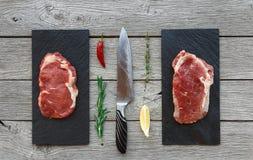 Ruwe rundvleeslapjes vlees op donkere houten lijstachtergrond, hoogste mening Royalty-vrije Stock Afbeeldingen