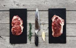 Ruwe rundvleeslapjes vlees op donkere houten lijstachtergrond, hoogste mening Royalty-vrije Stock Foto