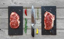 Ruwe rundvleeslapjes vlees op donkere houten lijstachtergrond, hoogste mening Royalty-vrije Stock Afbeelding