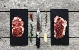 Ruwe rundvleeslapjes vlees op donkere houten lijstachtergrond, hoogste mening Royalty-vrije Stock Fotografie