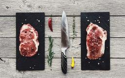Ruwe rundvleeslapjes vlees op donkere houten lijstachtergrond, hoogste mening Stock Foto