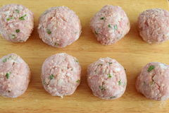 Ruwe rundvleesvleesballetjes met munt en rijst op een houten scherpe raad stap voor stap kokend Traditioneel Grieks voedsel Royalty-vrije Stock Foto's