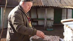 Ruwe sappige stukken van vleesrundvlees, varkensvlees, lam op de grill in de handen van mensen Kokende bbq die vlees op de aard b stock video
