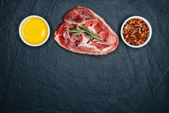 Ruwe sappige vleeslapjes vlees klaar voor het roosteren en vegatables op een bla Royalty-vrije Stock Foto