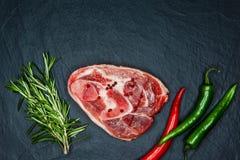 Ruwe sappige vleeslapjes vlees klaar voor het roosteren en vegatables op een bla Stock Afbeelding