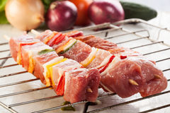 Ruwe shashlik bij de grill Stock Foto's