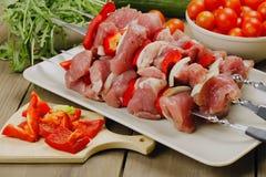 Ruwe shashlik - vlees voor het roosteren van op vleespennen Royalty-vrije Stock Foto