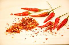 Ruwe Spaanse peper en Spaanse pepervlokken Royalty-vrije Stock Foto