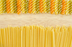 Ruwe spaghetti en kleurendeegwaren Royalty-vrije Stock Fotografie