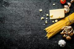 Ruwe spaghetti met Parmezaanse kaas stock foto's