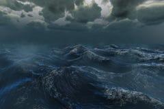 Ruwe stormachtige oceaan onder donkere hemel Royalty-vrije Stock Foto's