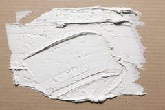 Ruwe textuur van gesmeerde witte gipspleister op karton stock foto's