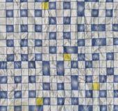 Ruwe textuur van verfrommeld die document met abstract geometrisch ornament in de vorm van blauwe en witte vierkante tegels wordt Stock Afbeelding
