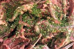 Ruwe Tomahawklapjes vlees met kruiden voor het roosteren stock fotografie