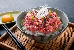 Ruwe tonijn en ui met rijst in Japanse stijl stock afbeeldingen