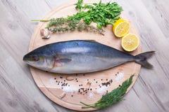 Ruwe tonijn yellowtail zalmforel op een houten raad Stock Afbeelding