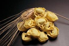 Ruwe tortellini - Italiaanse deegwaren royalty-vrije stock foto