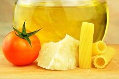 Ruwe tortiglionideegwaren met andere ingrediënten stock foto's