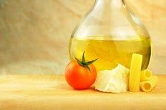 Ruwe tortiglionideegwaren met andere ingrediënten Royalty-vrije Stock Afbeeldingen