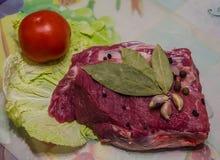 Ruwe varkenskoteletten op scherpe raad en groenten Royalty-vrije Stock Fotografie