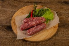Ruwe varkensvleesworsten stock foto