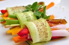 Ruwe, veganistmaaltijd met komkommer, peper, ui en wortel Stock Foto's