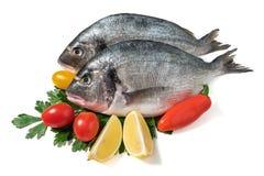 Ruwe verse doradovissen met groenten Stock Afbeeldingen
