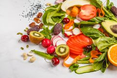 Ruwe verse groenten, vruchten, bessen, noten op een witte backgroun stock afbeelding