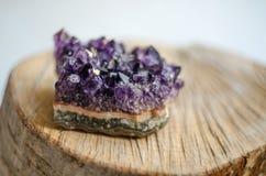 Ruwe violetkleurige rots met bezinning over natuurlijk hout Royalty-vrije Stock Afbeelding