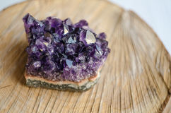 Ruwe violetkleurige rots met bezinning over natuurlijk hout Stock Afbeelding