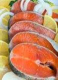Ruwe vis-forel in citroenen Royalty-vrije Stock Afbeeldingen