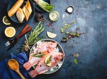 Ruwe vissen en ingrediënten Stock Foto's
