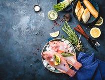 Ruwe vissen en ingrediënten Royalty-vrije Stock Fotografie